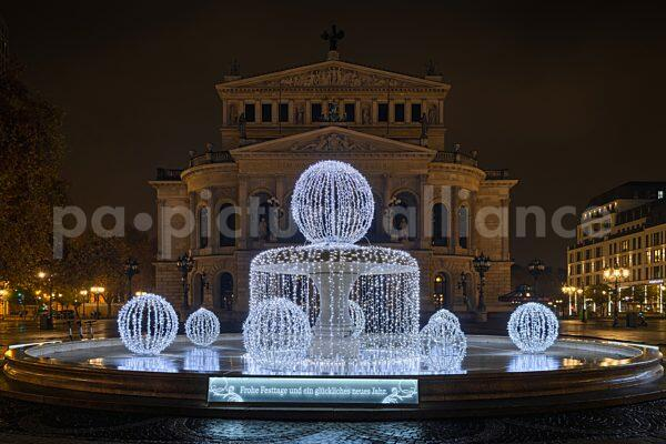 Die Alte Oper in Frankfurt am Main zur Weihnachtszeit (13.12.2020)