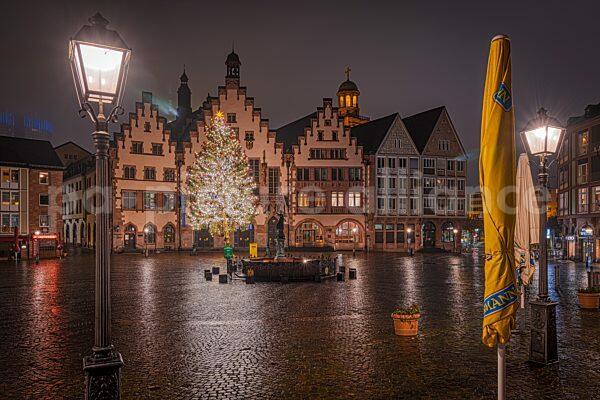 Der weihnachtlich erleuchtete Frankfurter Roemerberg (20.12.2020)