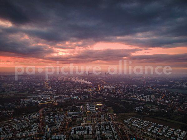 Wolkenverhangener Himmel beim Sonnenaufgang ueber Frankfurt am Main (26.12.2020)