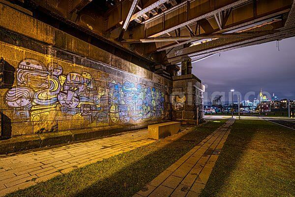 Ein Graffito an der Deutschherrnbrücke am Mainufer (07.01.2021)