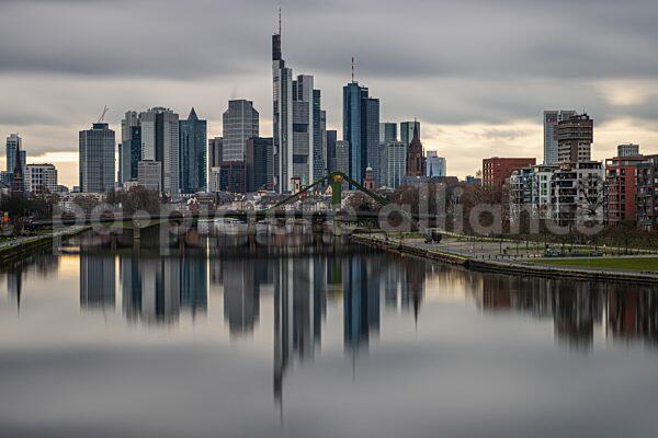 Lockdown - Die Frankfurter Skyline spiegelt sich im Main (07.01.2021)