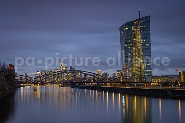 Die Lichter der Frankfurter Skyline und der Europaeischen Zentralbank beginnen zu leuchten (07.01.2021)