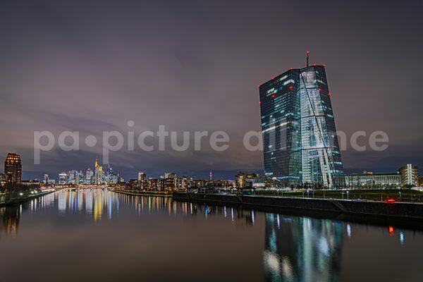 Die EZB und die Frankfurter Skyline am Abend (07.01.2021)