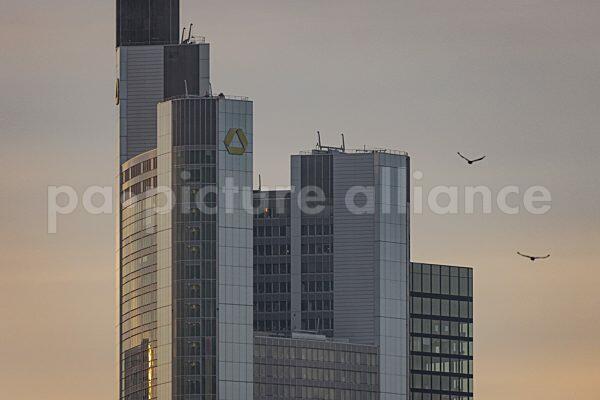 Wolken ziehen über den Commerzbank-Tower in Frankfurt am Main hinweg. (11.01.2021)