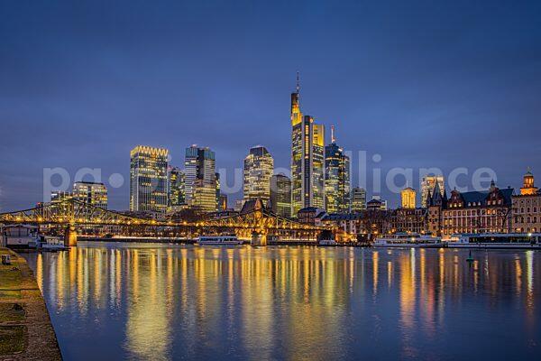 Die leuchtende Franfurter Skyline (11.01.2021)