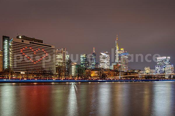 Die rot erleuchteten Zimmer des Intercontinental Hotels in Frankfurt am Main bilden zum Dank an die vielen Corona-Helfer ein Herz, das vom Mainufer aus weithin sichtbar ist (11.01.2021)