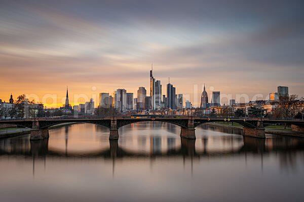 Sonnenuntergang hinter der Frankfurter Skyline (11.01.2021)